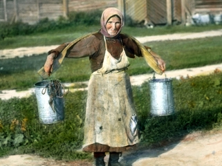 Saint_Petersburg_woman_carrying_buckets_of_water,_near_Leningrad_(1)